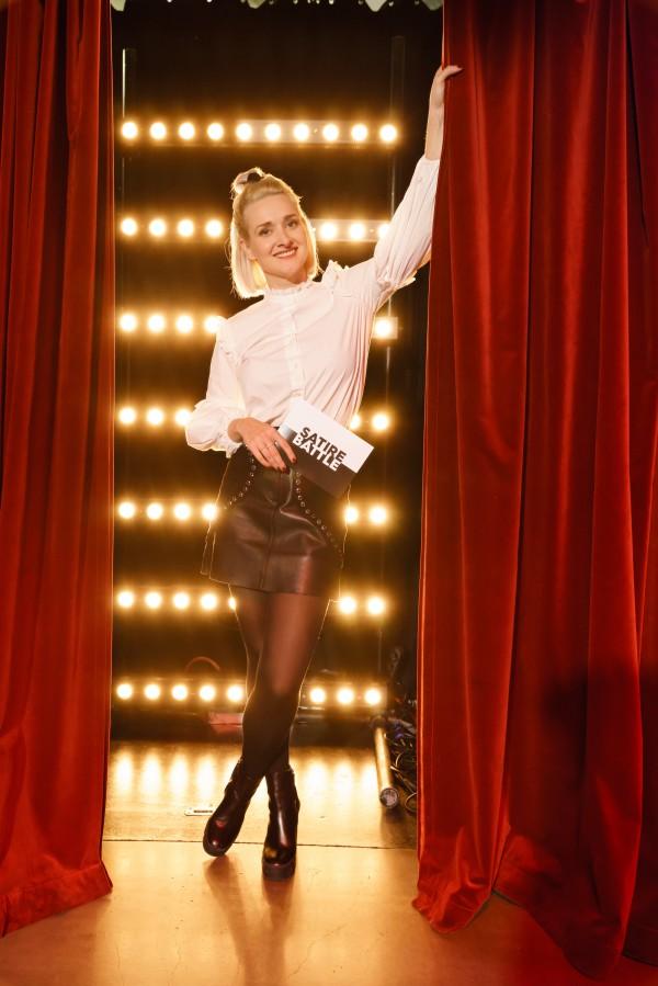 """""""SATIREBATTLE"""",dibido.tv GmbH für 3Sat01.11.20191. Showmaster"""" Ariane Alter (mitte natürlich)Comedians""""v. li.:Till ReinersNektarios VlachopoulosLisa CatenaMoritz Neumeier Foto: Stefan Erhard"""